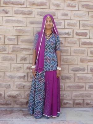 In traditioneller Kleidung: wichtig: der Kopf ist bedeckt
